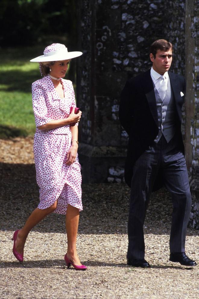 Đi đám cưới mà diện nào jumpsuit, nào menswear, Công nương Diana chính là khách mời Hoàng gia có style chất nhất - ảnh 5