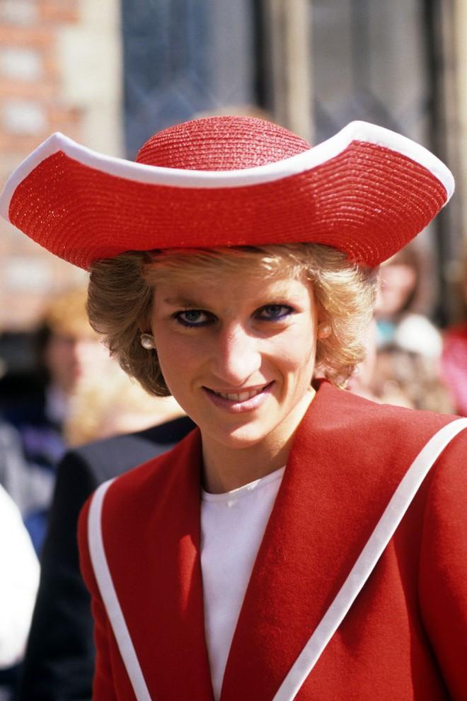 Đi đám cưới mà diện nào jumpsuit, nào menswear, Công nương Diana chính là khách mời Hoàng gia có style chất nhất - ảnh 8
