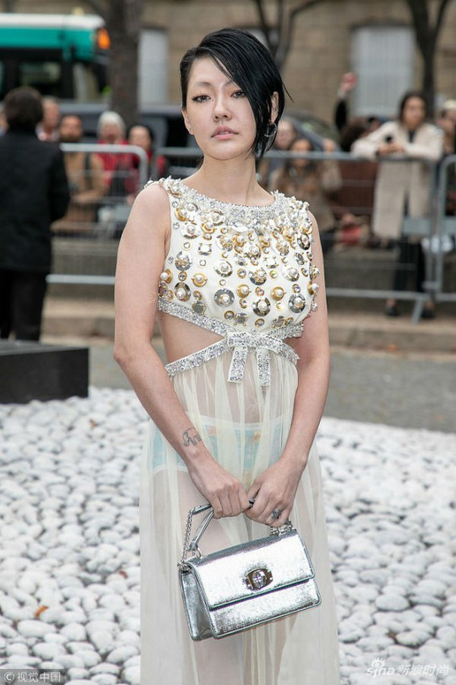 Đỉnh cao tự tin là Tiểu S: 38 tuổi vẫn mặc váy trong suốt để lộ quần nội y sặc sỡ thong dong khắp Paris - ảnh 1