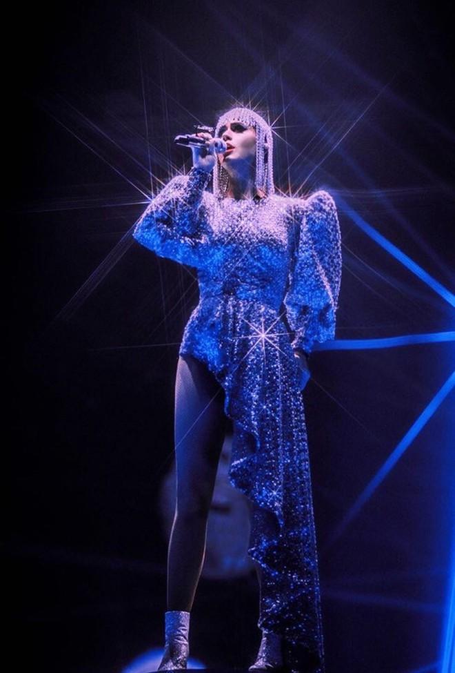 Quá mê sáng tạo của NTK Công Trí, Katy Perry lại đặt một bộ y chang chỉ khác màu - ảnh 5