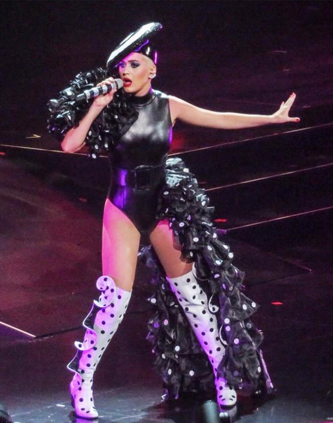 Quá mê sáng tạo của NTK Công Trí, Katy Perry lại đặt một bộ y chang chỉ khác màu - ảnh 6