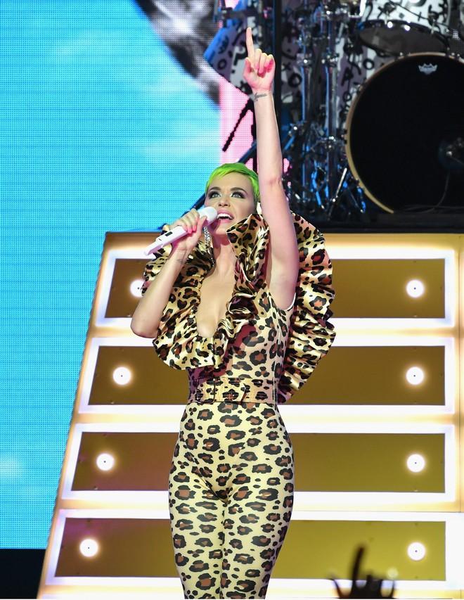 Quá mê sáng tạo của NTK Công Trí, Katy Perry lại đặt một bộ y chang chỉ khác màu - ảnh 8