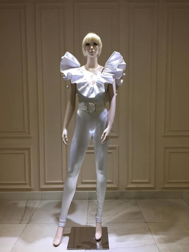 Quá mê sáng tạo của NTK Công Trí, Katy Perry lại đặt một bộ y chang chỉ khác màu - ảnh 2