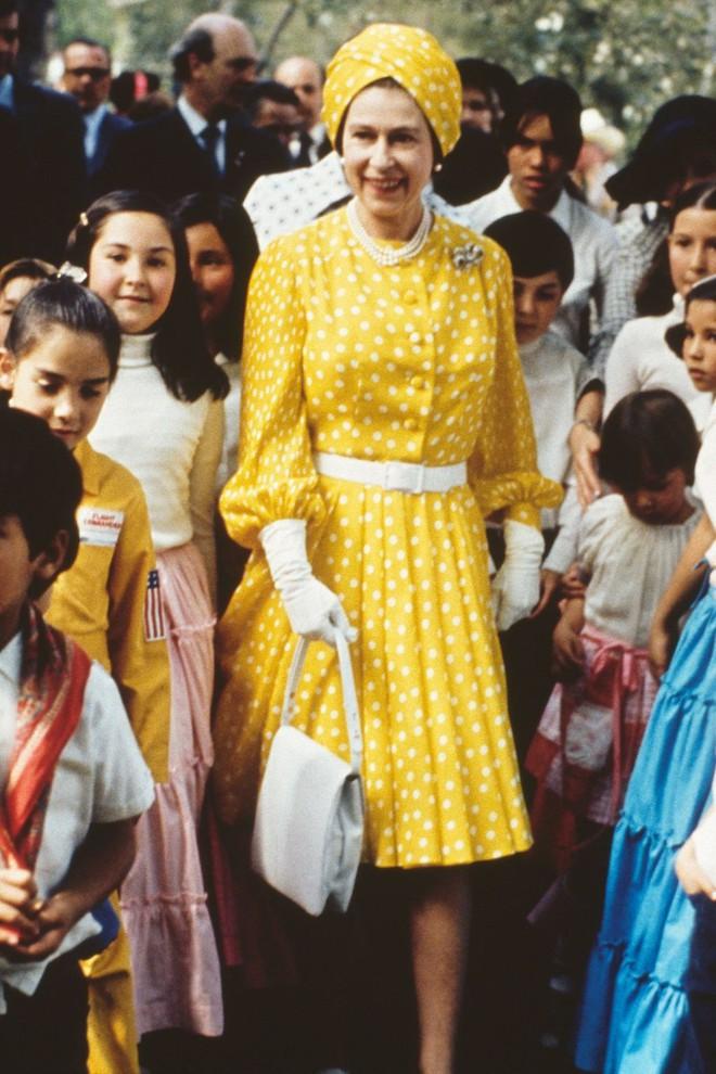 Liên tục thay đổi màu sắc trang phục, duy chỉ có món đồ này là Nữ hoàng Anh hết mực chung tình từ thời trẻ đến tận bây giờ - ảnh 5