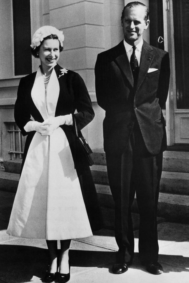 Liên tục thay đổi màu sắc trang phục, duy chỉ có món đồ này là Nữ hoàng Anh hết mực chung tình từ thời trẻ đến tận bây giờ - ảnh 4