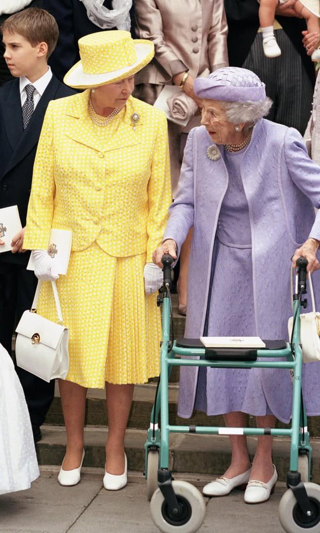 Liên tục thay đổi màu sắc trang phục, duy chỉ có món đồ này là Nữ hoàng Anh hết mực chung tình từ thời trẻ đến tận bây giờ - ảnh 10