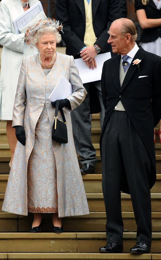 Liên tục thay đổi màu sắc trang phục, duy chỉ có món đồ này là Nữ hoàng Anh hết mực chung tình từ thời trẻ đến tận bây giờ - ảnh 9
