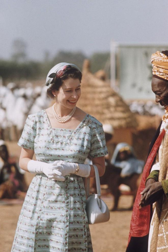 Liên tục thay đổi màu sắc trang phục, duy chỉ có món đồ này là Nữ hoàng Anh hết mực chung tình từ thời trẻ đến tận bây giờ - ảnh 6