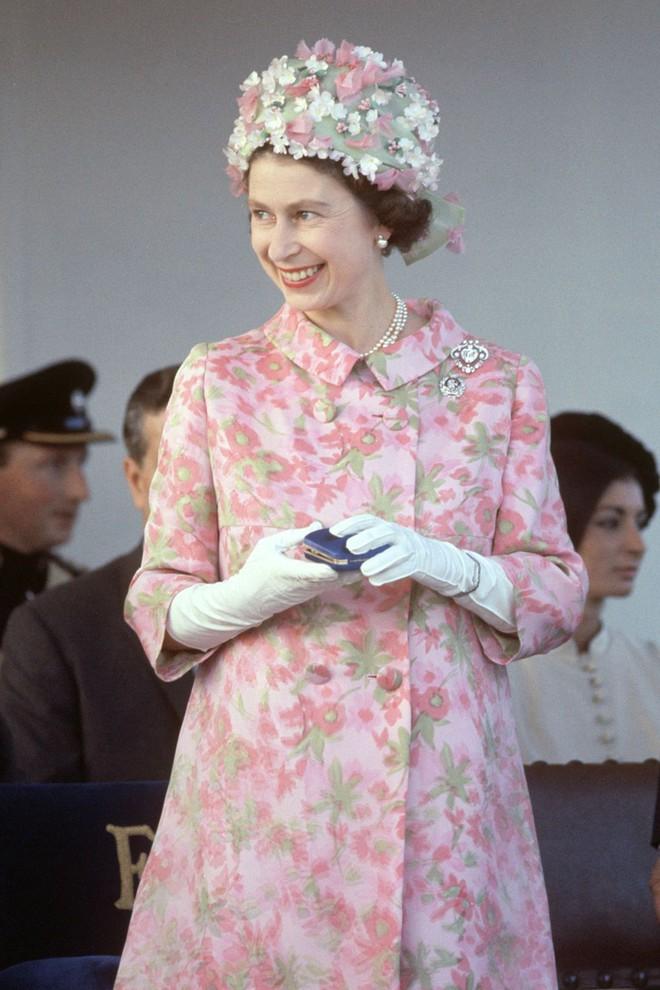 Liên tục thay đổi màu sắc trang phục, duy chỉ có món đồ này là Nữ hoàng Anh hết mực chung tình từ thời trẻ đến tận bây giờ - ảnh 7