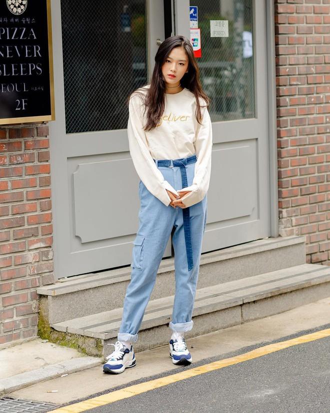 Street style giới trẻ Hàn tuần qua sẽ khiến bạn thốt lên cool quá đáng nhưng tuyệt nhất là bạn hoàn toàn có thể mặc cool như vậy - Ảnh 1.