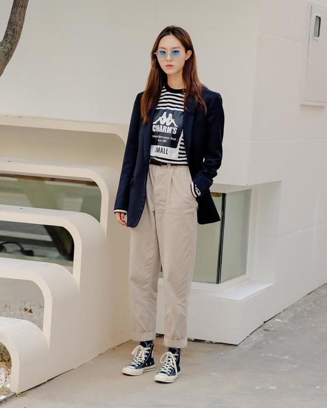Street style giới trẻ Hàn tuần qua sẽ khiến bạn thốt lên cool quá đáng nhưng tuyệt nhất là bạn hoàn toàn có thể mặc cool như vậy - Ảnh 10.