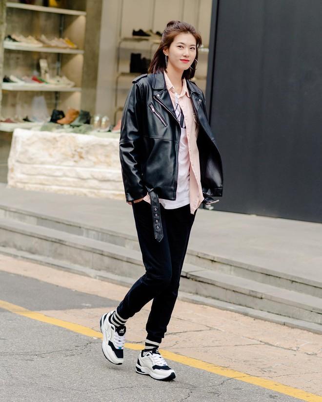 Street style giới trẻ Hàn tuần qua sẽ khiến bạn thốt lên cool quá đáng nhưng tuyệt nhất là bạn hoàn toàn có thể mặc cool như vậy - Ảnh 2.