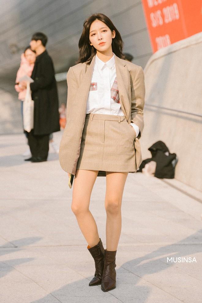 Street style giới trẻ Hàn tuần qua sẽ khiến bạn thốt lên cool quá đáng nhưng tuyệt nhất là bạn hoàn toàn có thể mặc cool như vậy - Ảnh 3.