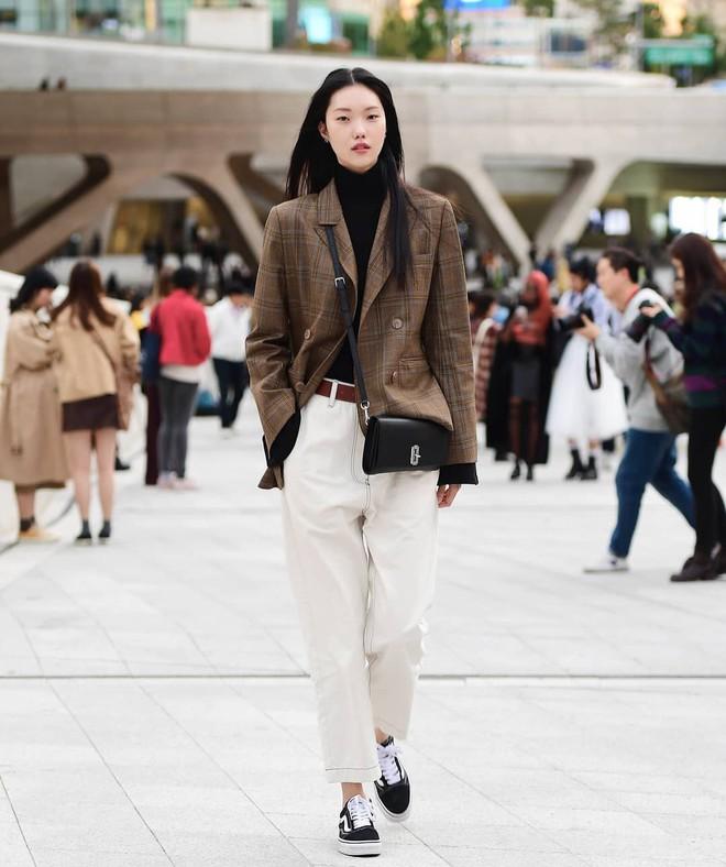 Street style giới trẻ Hàn tuần qua sẽ khiến bạn thốt lên cool quá đáng nhưng tuyệt nhất là bạn hoàn toàn có thể mặc cool như vậy - Ảnh 7.
