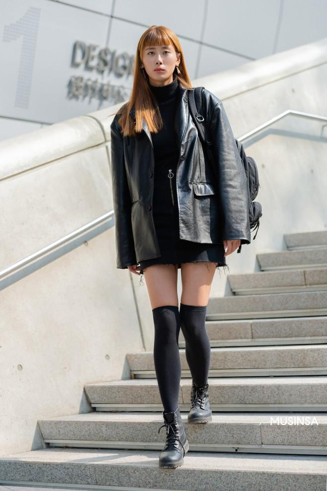 Street style giới trẻ Hàn tuần qua sẽ khiến bạn thốt lên cool quá đáng nhưng tuyệt nhất là bạn hoàn toàn có thể mặc cool như vậy - Ảnh 9.