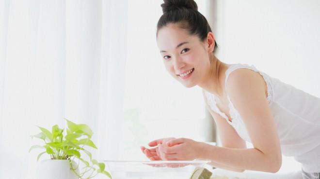 Duy trì những việc này trước khi đi ngủ giúp bạn ngăn ngừa nguy cơ lão hóa từ sớm - ảnh 1