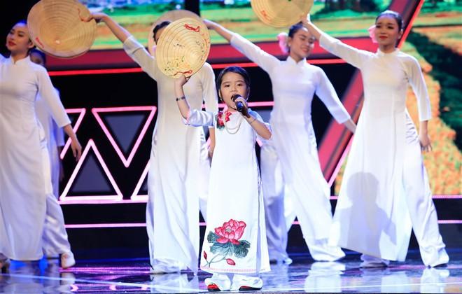 Dặn cậu bé 6 tuổi nhìn mình để hát hay hơn, Việt Hương ngỡ ngàng nhận cái kết đắng! - ảnh 4