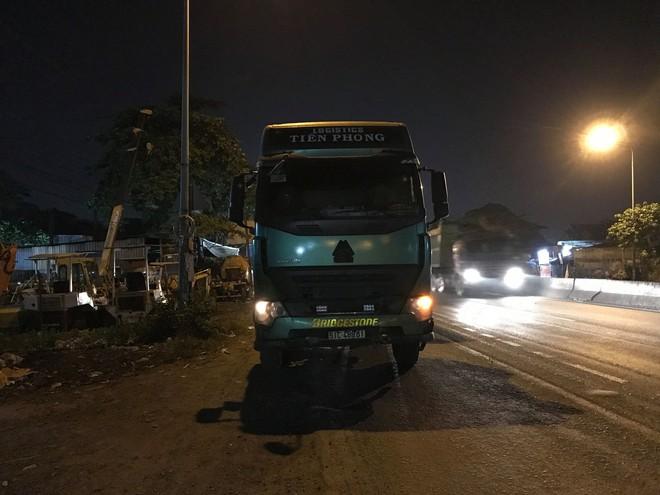 Chạy vào làn ô tô sau khi đi đám cưới về nhà, người đàn ông bị xe container cán tử vong - ảnh 2
