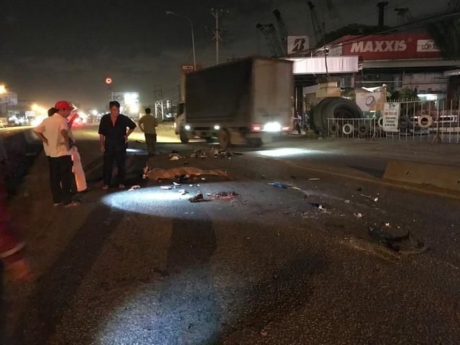 Chạy vào làn ô tô sau khi đi đám cưới về nhà, người đàn ông bị xe container cán tử vong - ảnh 1