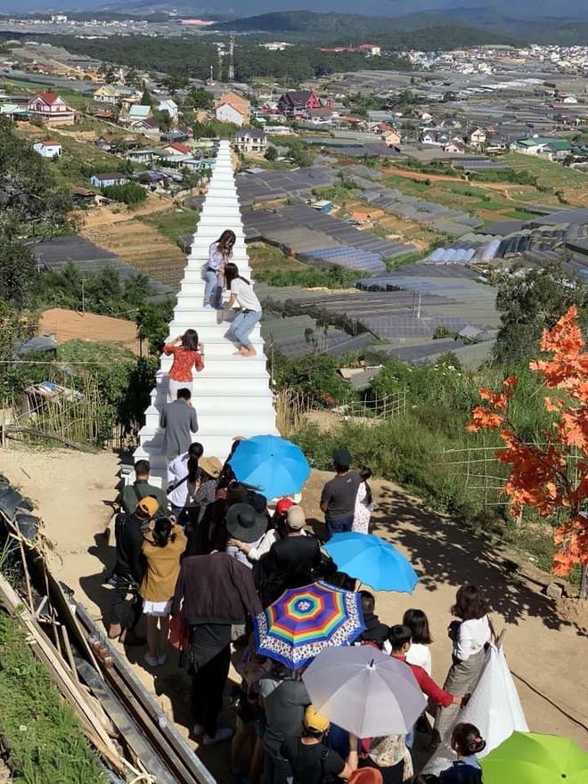 Cầu thang vô cực ở Đà Lạt: Lên Instagram ảo bao nhiêu, ngoài đời phải chen lấn chụp ảnh mệt bấy nhiêu! - Ảnh 2.
