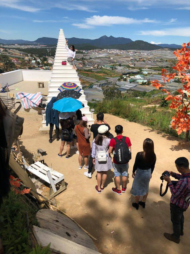 Cầu thang vô cực ở Đà Lạt: Lên Instagram ảo bao nhiêu, ngoài đời phải chen lấn chụp ảnh mệt bấy nhiêu! - Ảnh 4.