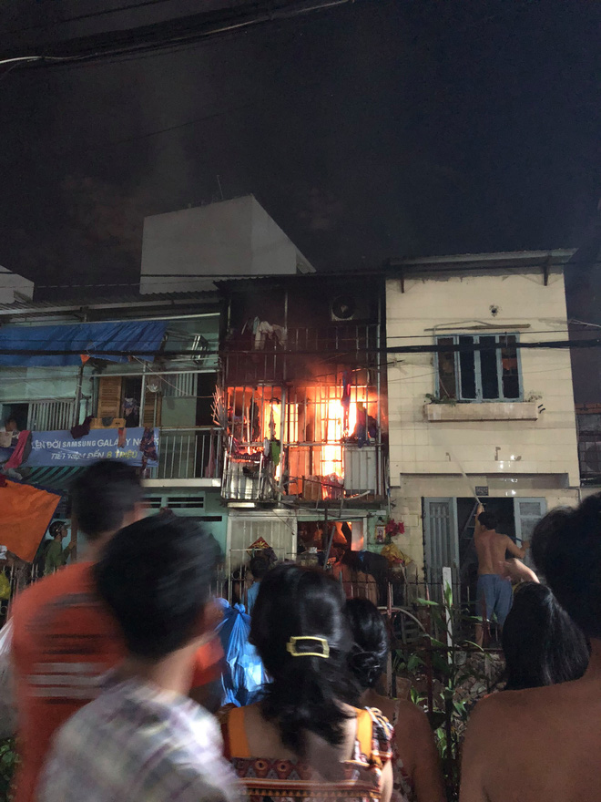 Two grandchildren open the door to escape a fire fire house in Saigon - Picture 1.