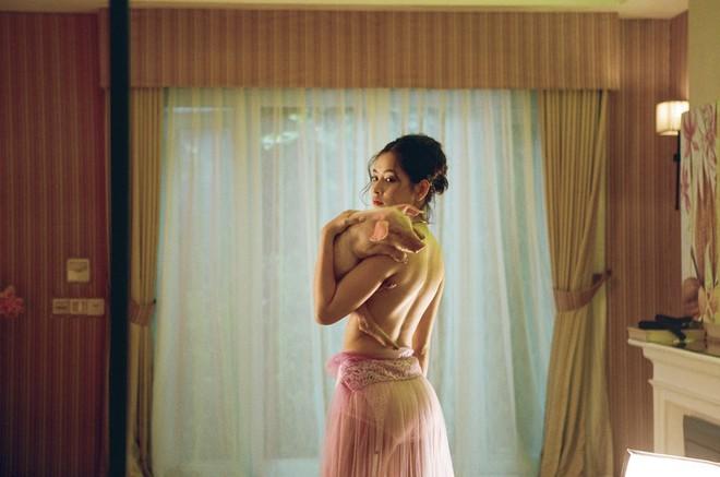 Những ca sĩ bình thường kín đáo lại khiến fan bất ngờ tròn mắt vì phân cảnh bán nude trong MV - Ảnh 6.