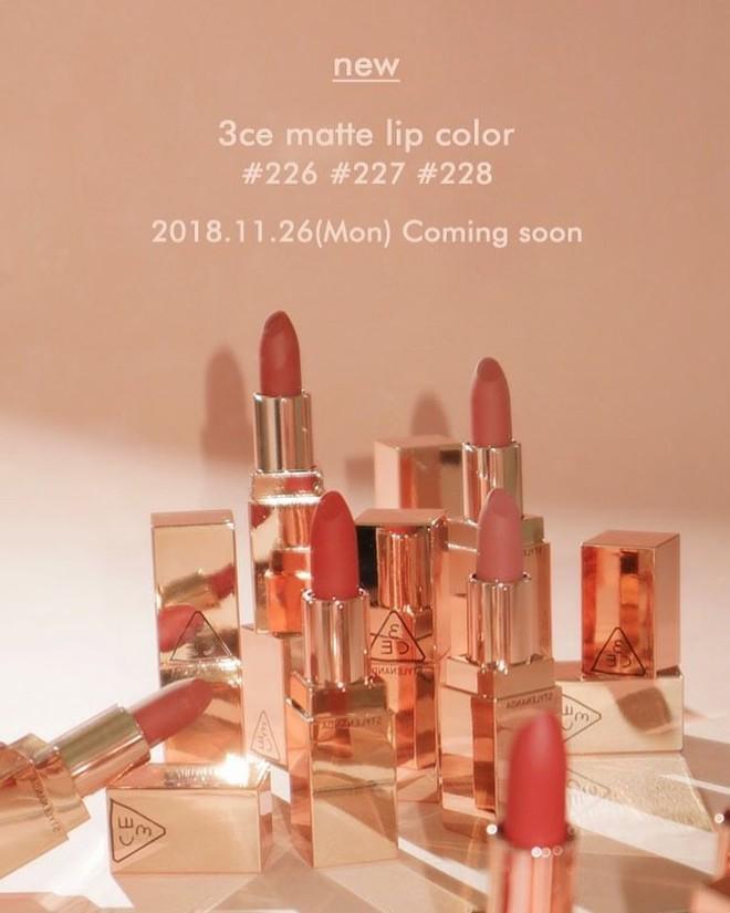 Tròn 1 năm ra mắt bộ son Lily Maymac, 3CE lại tung ra 3 màu son đất siêu đẹp với thiết kế vỏ vàng huyền thoại - Ảnh 1.