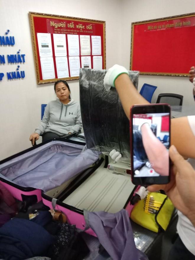 Nữ hành khách ngoại quốc bị bắt giữ khi giúp bạn trai mang hơn 4kg cocaine qua sân bay Tân Sơn Nhất - Ảnh 1.