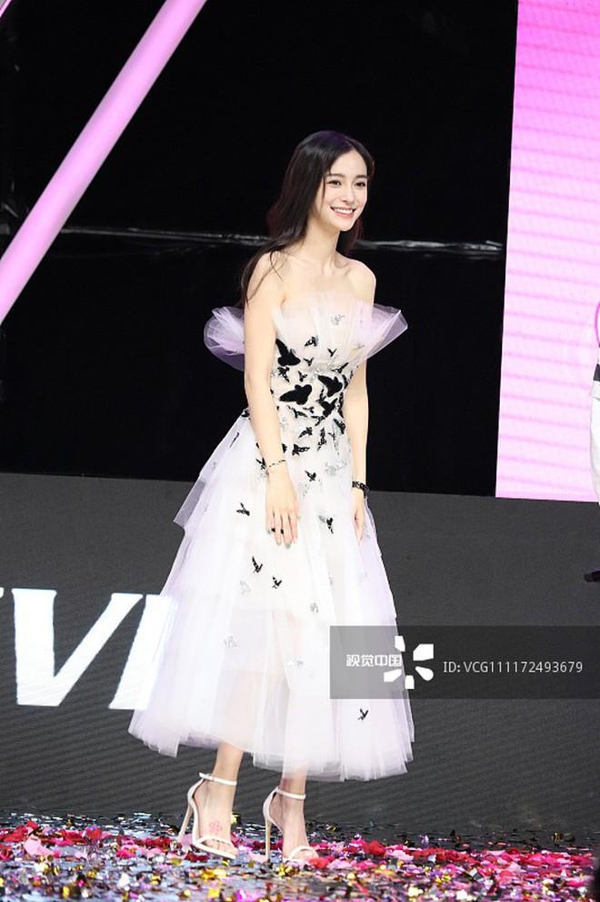 """Cùng diện váy công chúa: Angela Baby, Triệu Lệ Dĩnh, Nhiệt Ba đều """"thua"""" Meghan Markle - ảnh 3"""