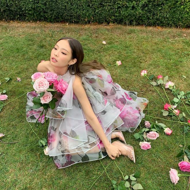 YG chiều Jennie hết sức: đầu tư váy 200 triệu để chụp poster, teaser MV nhìn như lookbook với hơn chục set quần áo - ảnh 2