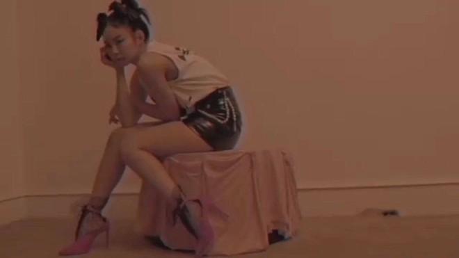 YG chiều Jennie hết sức: đầu tư váy 200 triệu để chụp poster, teaser MV nhìn như lookbook với hơn chục set quần áo - ảnh 8