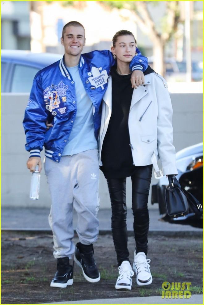 Lột xác đẹp trai hơn, Justin Bieber tươi tắn hết cỡ khi hẹn hò bà xã Hailey Baldwin trên phố - Ảnh 1.