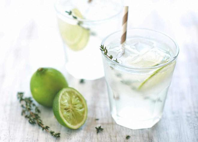 Lười uống nước đến đâu cũng đừng bỏ qua 4 thời điểm uống tốt nhất cho sức khoẻ này trong ngày - Ảnh 1.