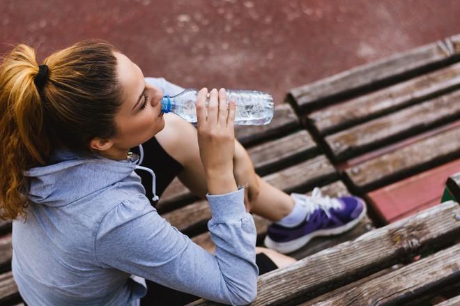 Lười uống nước đến đâu cũng đừng bỏ qua 4 thời điểm uống tốt nhất cho sức khoẻ này trong ngày - Ảnh 3.