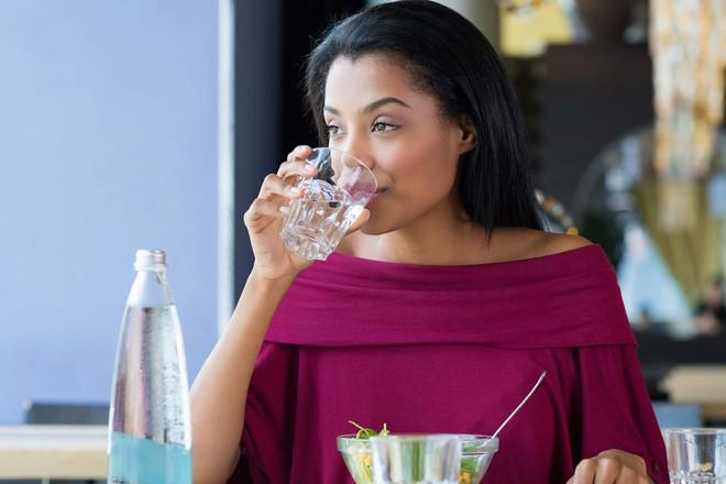 Lười uống nước đến đâu cũng đừng bỏ qua 4 thời điểm uống tốt nhất cho sức khoẻ này trong ngày - Ảnh 4.