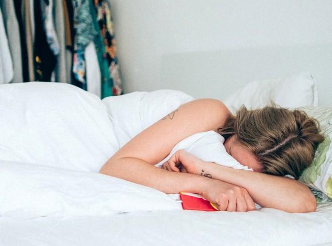 Lười uống nước đến đâu cũng đừng bỏ qua 4 thời điểm uống tốt nhất cho sức khoẻ này trong ngày - Ảnh 2.