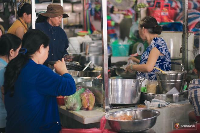 Buổi sáng tại khu chợ lâu năm ở Sài Gòn: đẹp như một thước phim, đồ ăn ngập tràn khắp nơi - Ảnh 7.