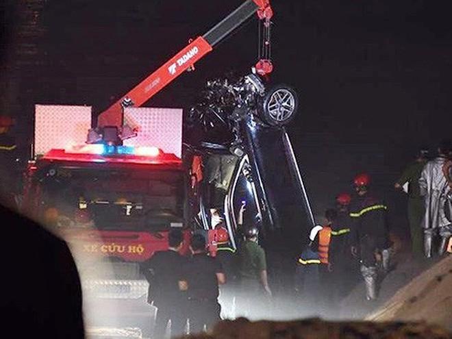 CQĐT lý giải về chiếc CMND trong xe ô tô Mercedes lao xuống sông Hồng - Ảnh 1.
