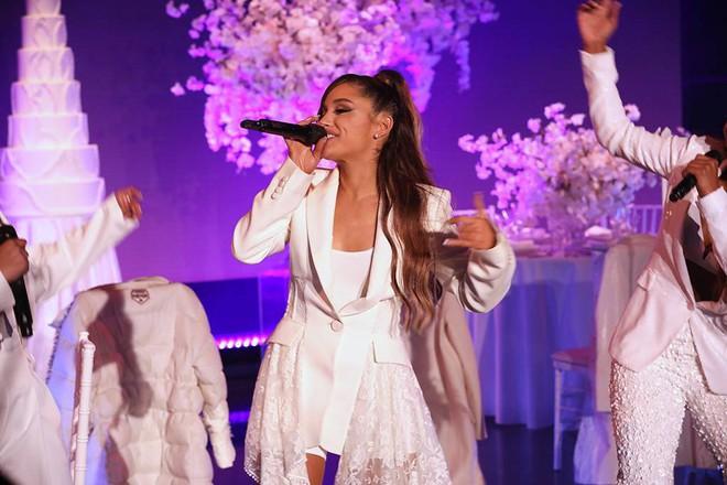 Trượt chân suýt té khi lần đầu hát hit đụng chạm người yêu cũ, Ariana Grande phản ứng như thế nào? - Ảnh 1.