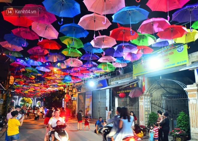 Hà Nội xuất hiện con đường ô lãng mạn như ở Bồ Đào Nha, người dân ùn ùn kéo đến chụp ảnh - Ảnh 6.
