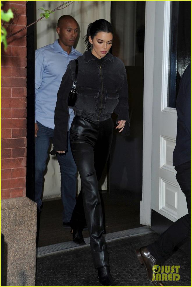 Kendall Jenner, Gigi - Bella Hadid và dàn thiên thần Victorias Secret đọ dáng chuẩn từng centimet trên phố trước giờ G - Ảnh 2.