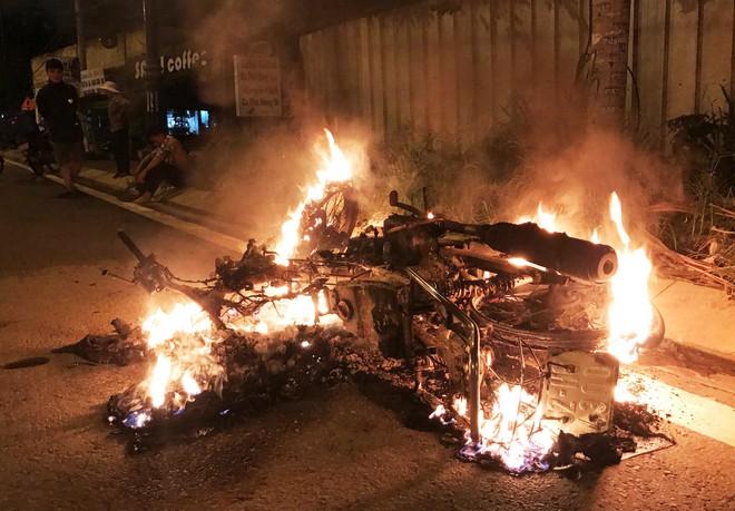 Thanh niên 20 tuổi chặn xe, tạt xăng đốt người đàn ông khiến cả 2 nguy kịch - Ảnh 1.