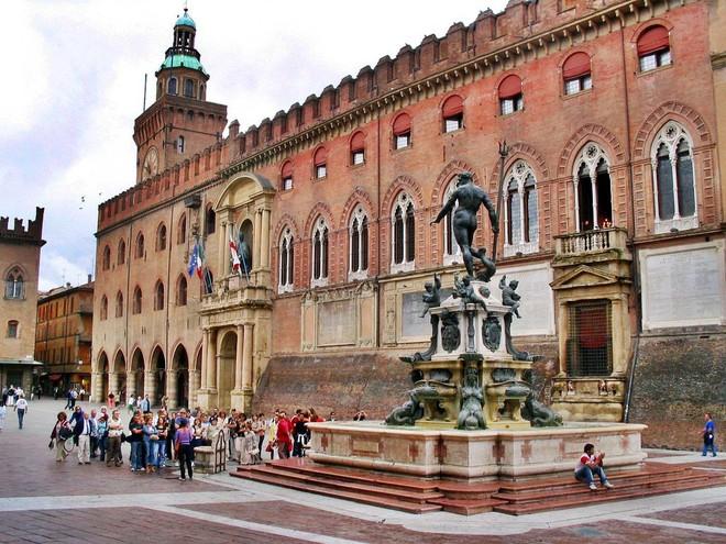 Choáng ngợp với kiến trúc nguy nga tráng lệ như cung điện Hoàng gia của ngôi trường lâu đời nhất Châu Âu - Ảnh 3.