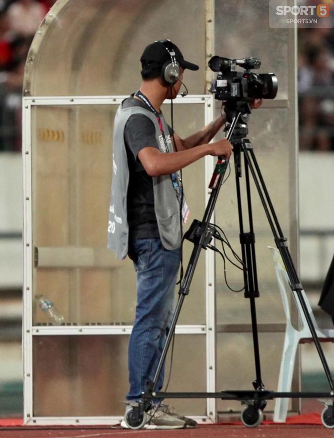 Lào vs Việt Nam AFF CUP 2018: Khán giả ức chế tột độ vì cameraman - Ảnh 2.