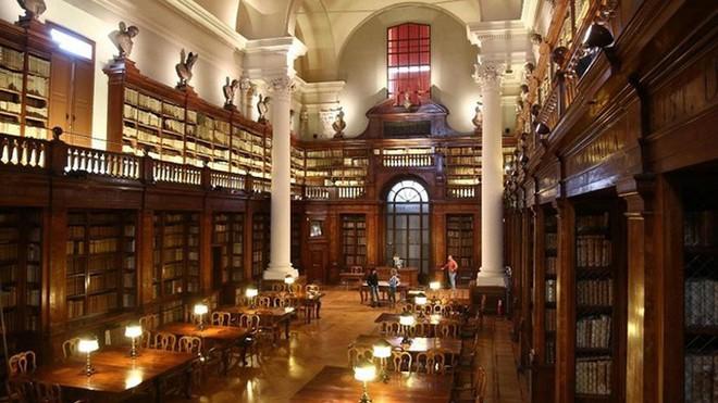 Choáng ngợp với kiến trúc nguy nga tráng lệ như cung điện Hoàng gia của ngôi trường lâu đời nhất Châu Âu - Ảnh 10.