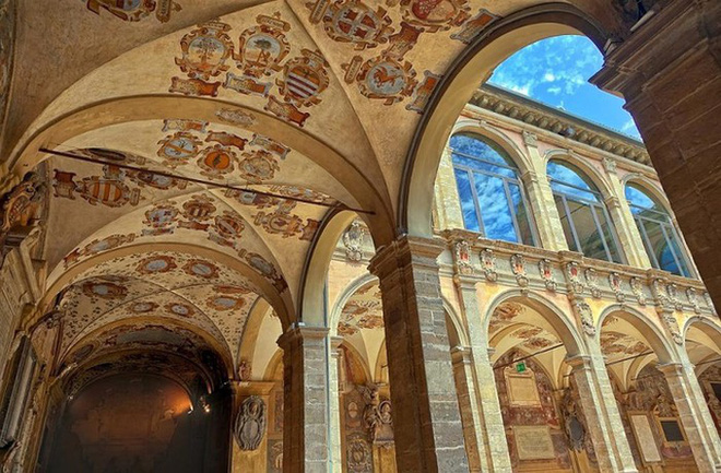 Choáng ngợp với kiến trúc nguy nga tráng lệ như cung điện Hoàng gia của ngôi trường lâu đời nhất Châu Âu - ảnh 13