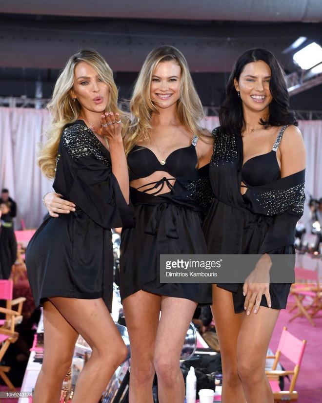 Hậu trường Victoria's Secret Show 2018: Không diện áo choàng hồng như mọi năm, dàn mẫu diện áo đen siêu quyến rũ - Ảnh 2.