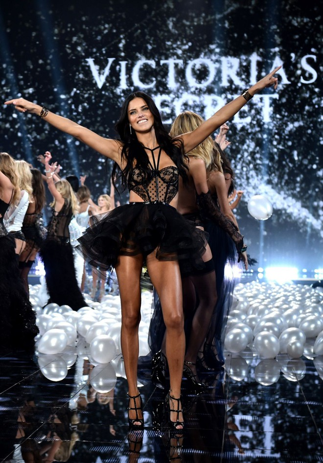 """Chia tay thiên thần khóc"""" Adriana Lima - cô gái dành cả thanh xuân để tỏa sáng trên sàn diễn Victoria's Secret Fashion Show - ảnh 2"""