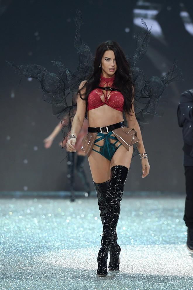 """Chia tay thiên thần khóc"""" Adriana Lima - cô gái dành cả thanh xuân để tỏa sáng trên sàn diễn Victoria's Secret Fashion Show - ảnh 6"""